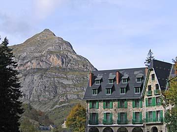 [hotel & mountain]